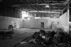 Entrepôt abandonné Image noire et blanche Image stock