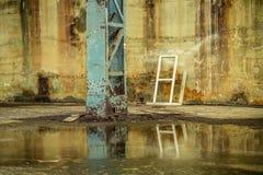 Entrepôt abandonné par intérieur en acier bleu de pilier Photo libre de droits