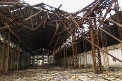 Entrepôt abandonné par intérieur en acier bleu de pilier Images stock