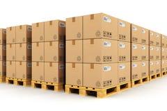 Entrepôt avec des boîtes de cardbaord sur des palettes d'expédition Images stock