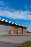 Entrepôt avec la porte brune Image stock