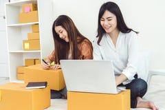 Entrep?t de distribution de d?marrage de PME d'entrepreneur de petite entreprise de jeune femme asiatique avec la bo?te aux lettr image libre de droits