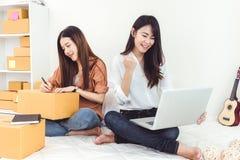 Entrep?t de distribution de d?marrage de PME d'entrepreneur de petite entreprise de jeune femme asiatique avec la bo?te aux lettr photos stock