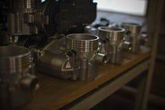 Entrepôt de ferraille de moteur sur l'étagère Images stock