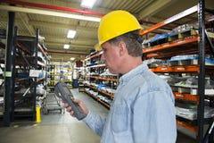 Entrepôt industriel Worke d'inventaire de fabrication Images libres de droits