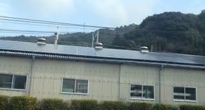Entrepôt japonais couvert dans les panneaux solaires Image libre de droits