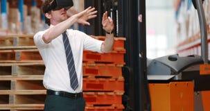 Entrepôt masculin utilisant le casque de réalité virtuelle clips vidéos