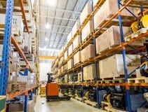 Entrepôt moderne avec le chariot élévateur Images stock