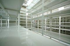 Entrepôt vide, armoires de mémoire Image stock