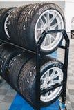 Entreposage des pneus de voiture de course Stockage des pneus dans une rangée photos libres de droits