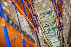 Entreposez et un système moderne du stockage visé des produits et des marchandises photographie stock libre de droits