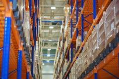 Entreposez et un système moderne du stockage visé des produits et des marchandises photos libres de droits