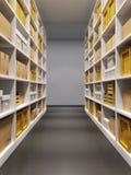 Entreposez l'intérieur avec des rangées des étagères avec des boîtes Photographie stock