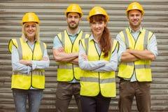 Entreposez l'équipe avec le casque antichoc de port croisé par bras Image libre de droits