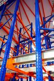 Entreposez les constructions démontables en métal de supports, concept moderne de fond de technologie d'entrepôt, orientation ver Images stock