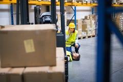Entreposez les travailleurs après un accident dans un entrepôt Photos libres de droits