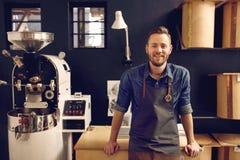 Entreprenör i hans moderna kafferoastrery- och fördelningsbrunnsort Arkivfoto
