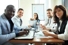 Entreprenör- och för affärsfolk konferens i modern mötesrum royaltyfri fotografi