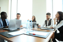 Entreprenör- och för affärsfolk konferens i modern mötesrum Royaltyfria Bilder