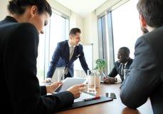 Entreprenör- och för affärsfolk konferens i modern mötesrum Arkivfoto