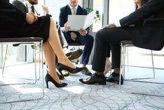 Entreprenör- och för affärsfolk konferens i modern mötesrum Arkivbild