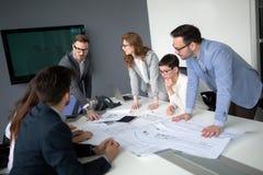 Entreprenör- och för affärsfolk konferens i modernt mötande r Arkivbild
