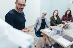 Entreprenör som gör presentation i mötesrum fotografering för bildbyråer