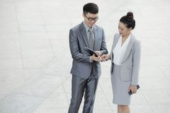 Entreprenörer som kontrollerar data på minnestavlan royaltyfria foton