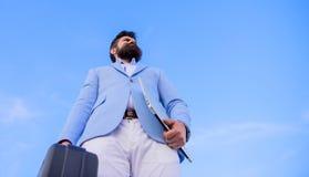 Entreprenörerbjudandemuta Olaglig avtalsaffär För framsidahåll för Hipster skäggig portfölj med mutan FRAMLÄGGA FÖR AFFÄRSMAN royaltyfria bilder