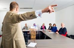 EntreprenörGiving Presentation To kollegor Arkivfoton