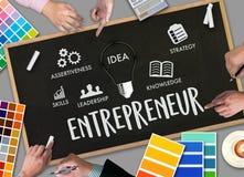 entreprenörlag som i regeringsställning arbetar använda den digital minnestavlan och la arkivfoto