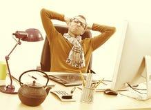 Entrepreneur épuisé avec le mal de tête souffrant du travail tard, effets de vintage photo libre de droits