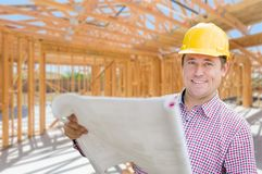 Entrepreneur avec des plans sur le site à l'intérieur de la nouvelle construction à la maison Frami images stock