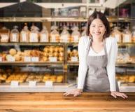 Entrepreneur avec le fond de boutique de boulangerie photographie stock libre de droits