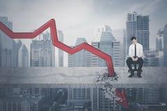 Entrepreneur désespéré avec la flèche en baisse image libre de droits