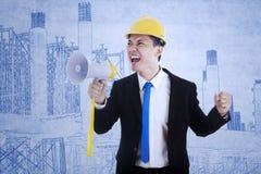 Entrepreneur d'affaires utilisant le haut-parleur Photographie stock libre de droits