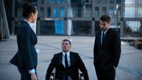 Entrepreneur dans handicapé de fauteuil roulant, mais très heureux invalides dans la conversation avec ses collègues banque de vidéos