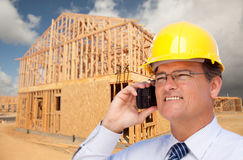 Entrepreneur dans le masque au chantier de construction photo libre de droits