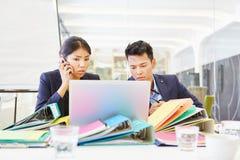 Entrepreneur de démarrage asiatique avec l'ordinateur images stock