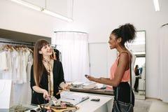 Entrepreneur de femme effectuant la vente dans son studio de mode Photographie stock