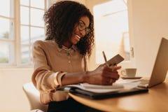 Entrepreneur de femme travaillant de la maison sur l'ordinateur portable images stock