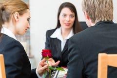Entrepreneur de pompes funèbres avec le client soulageant et conseillant photo stock