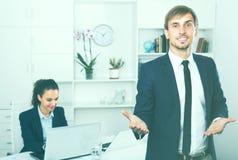 Entrepreneur de sourire le jour ouvrable image stock