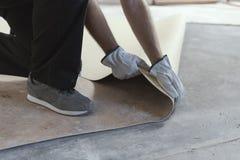 Entrepreneur enlevant un vieux plancher de linoléum photo libre de droits