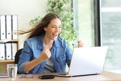 Entrepreneur enthousiaste travaillant sur la ligne photo stock
