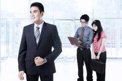 Entrepreneur et ses associés dans le lobby Photos libres de droits