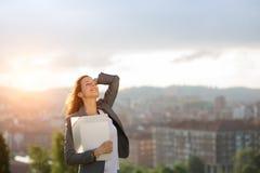 Entrepreneur féminin appréciant la réussite commerciale photos libres de droits
