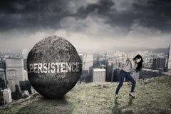 Entrepreneur féminin avec le mot de persistance sur la colline images libres de droits