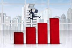 Entrepreneur féminin courant au-dessus du diagramme photo libre de droits