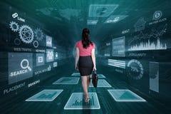 Entrepreneur féminin marchant à l'intérieur du code binaire illustration stock